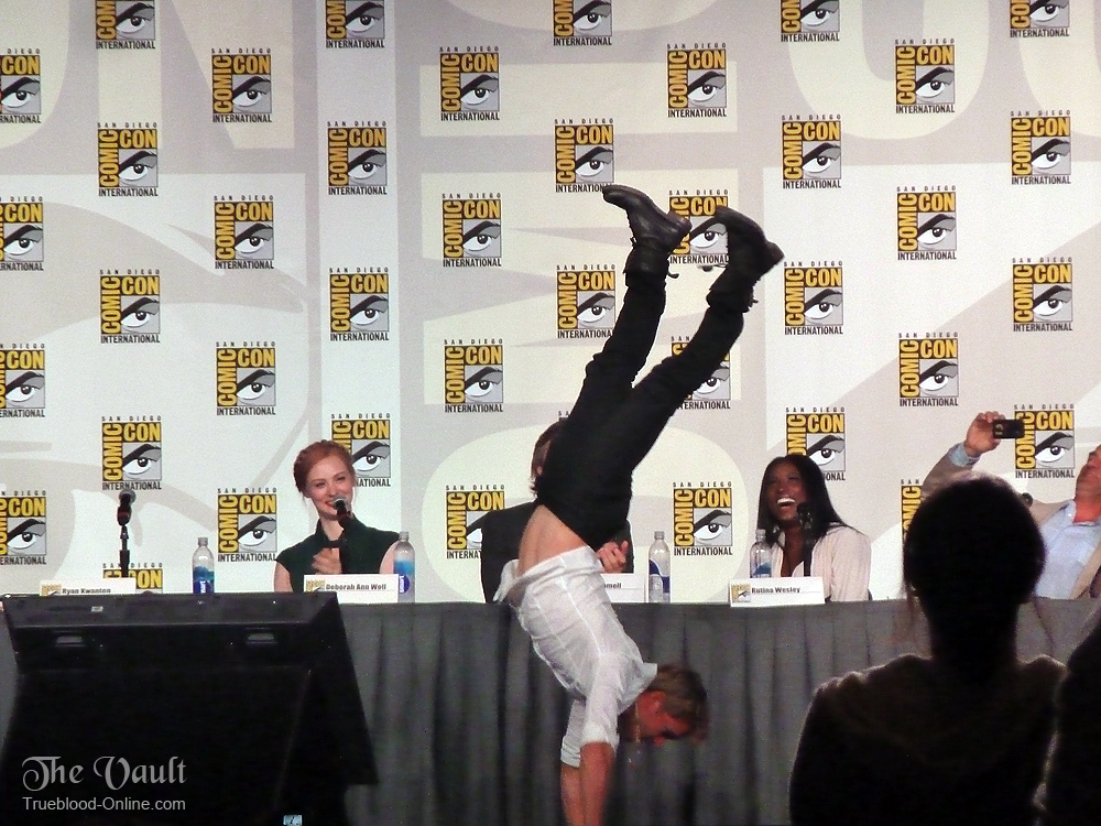 ryanhandstand4 Ryan Kwanten Does A Handstand At Comic Con 2012