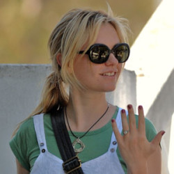 Anna Paquin shows her engagement ring