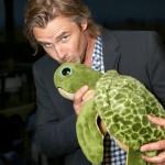Sam Trammell kisses a turtle for Oceana