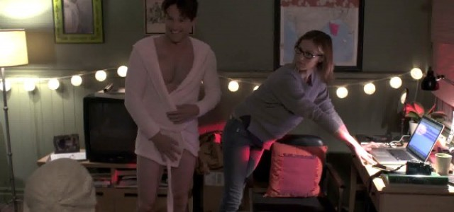 Stephen Moyer rocks pink bathrobe in new episode of 'Jan'